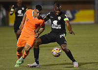 ENVIGADO -COLOMBIA-24-07-2015. Cristian Arango (Izq) de Envigado FC disputa el balón con Andres Murillo (Der) de La Equidad durante partido por la fecha 3 de la Liga Águila II 2015 realizado en el Polideportivo Sur de la ciudad de Envigado./ Cristian Arango (L) of Envigado FC fights for the ball with Andres Murillo (R) of La Equidad during match for the third date of the Aguila League II 2015 at Polideportivo Sur in Envigado city.  Photo: VizzorImage/León Monsalve/STR