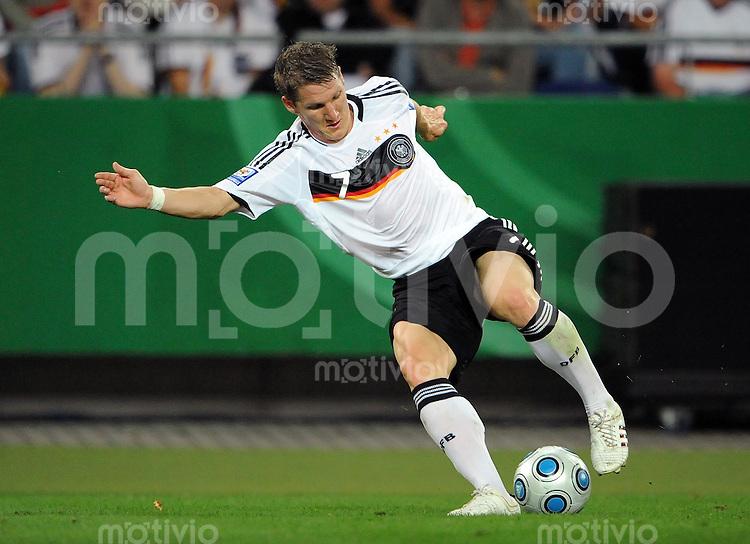 FUSSBALL   INTERNATIONAL   WM QUALIFIKATION  2010 Deutschland - Aserbaidschan             09.09.2010 Bastian SCHWEINSTEIGER (Deutschland) Einzelaktion am Ball