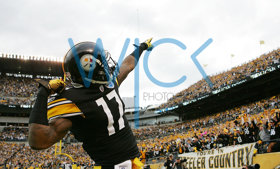 PITTSBURGH, PA - DECEMBER 04:  Mike Wallace #17 of the Pittsburgh Steelers celebrates following his touchdown against the Cincinnati Bengals in the first half during the game on December 4, 2011 at Heinz Field in Pittsburgh, Pennsylvania.  (Photo by Jared Wickerham/Getty Images)