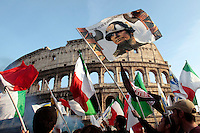 Una bandiera del duce sventola davanti al Colosseo insieme a bandiere tricolori.Roma 03/03/2012 Manifestazione de La Destra contro il Governo..Photo Samantha Zucchi Insidefoto