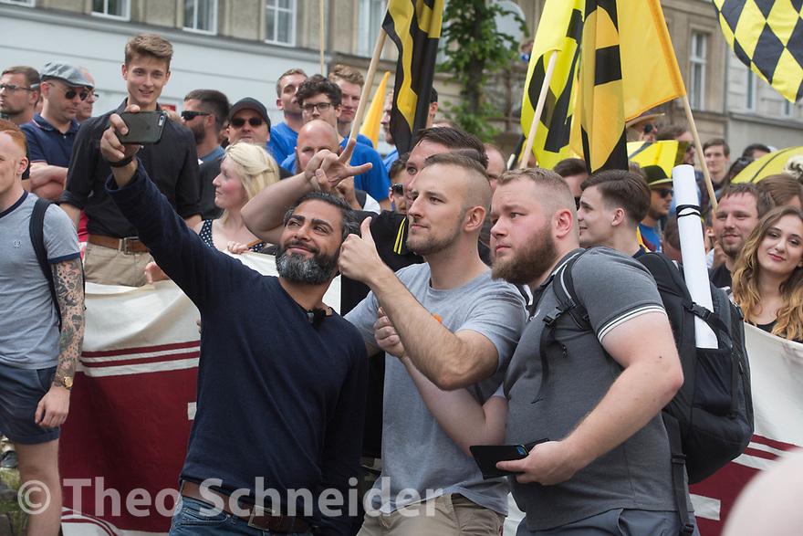 Der Aufmarsch einiger hundert Anhänger der Identitären Bewegung wurde in Berlin blockiert. Die Rechten mussten nach weniger als einem Kilometer wieder umkehren.