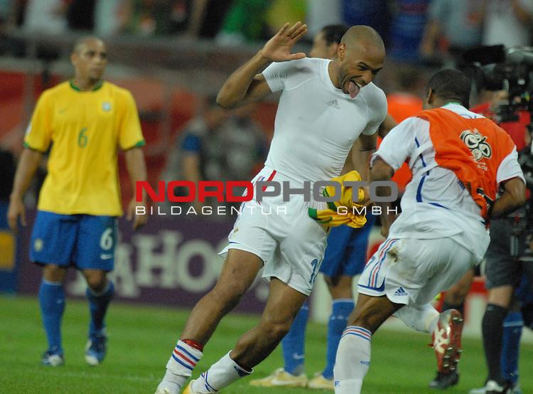 FIFA WM 2006 -  Round of Sixteen - / Viertelfinale <br /> Play    #60 ( 01. Juli) -  Brasilien - Frankreich<br /> <br /> Diebische Freude strahlt der Torsch&cedil;tze Thierry Henry (FRA) nach dem Spiel aus, Roberto Carlos (BRA) ist entt&permil;uscht.<br /> <br /> Foto &copy; nordphoto