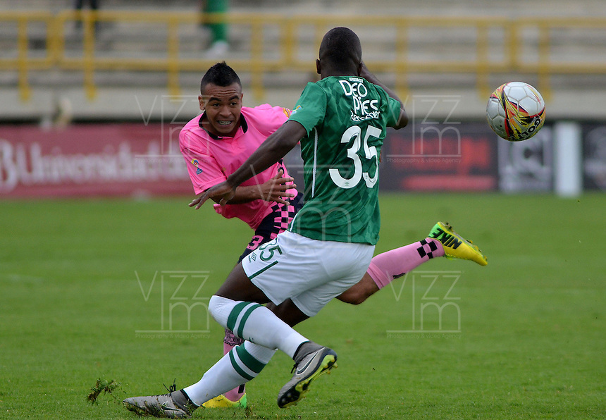 TUNJA -COLOMBIA, 02-04-2016. Herbert E. Soto (Izq) jugador de Boyacá Chicó FC disputa el balón con Kevin A. Balanta (Der) jugador de Deportivo Cali durante partido por la fecha 11 Liga Águila I 2016 realizado en el estadio La Independencia en Tunja. / Herbert E. Soto (L) player of Boyaca Chico FC fights for the ball with Kevin A. Balanta (R) player of Deportivo Cali during match for the date 11 of Aguila League I 2016 played at La Independencia stadium in Tunja. Photo: VizzorImage/César Melgarejo/Cont