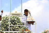 BELÉM, PA, 11.10.2014 - CÍRIO FLUVIAL / CÍRIO 2014 / BELÉM  - A imagem de Nossa Senhora de Nazaré durante a chegada à escadinha do Ver-o-Peso (Praça Pedro Teixeira) na manhã deste sábado(11), onde é recebida com honras de Chefe de Estado, pela Polícia Militar, em Belém. A ocasião se repete desde 1999, motivada pela Lei Estadual nº 4.371, de 15 de dezembro de 1971, que proclamou a Virgem de Nazaré, Padroeira do Pará, Rainha da Amazônia e merecedora dessa grande homenagem. O Círio Fluvial  a Santa é levada pelo Navio Hidroceanográfico Garnier Sampaio da Marinha do Brasil, pela Baia do Guajará, a procissões  é um das 12 do calendário oficial do Círio e a segunda maior . Durante o percurso Icoaraci - Belém, se vêem canoas de ribeirinhos , barcos, iates e simples que seguem a procissão.(Foto: Paulo Lisboa / Brazil Photo Press)
