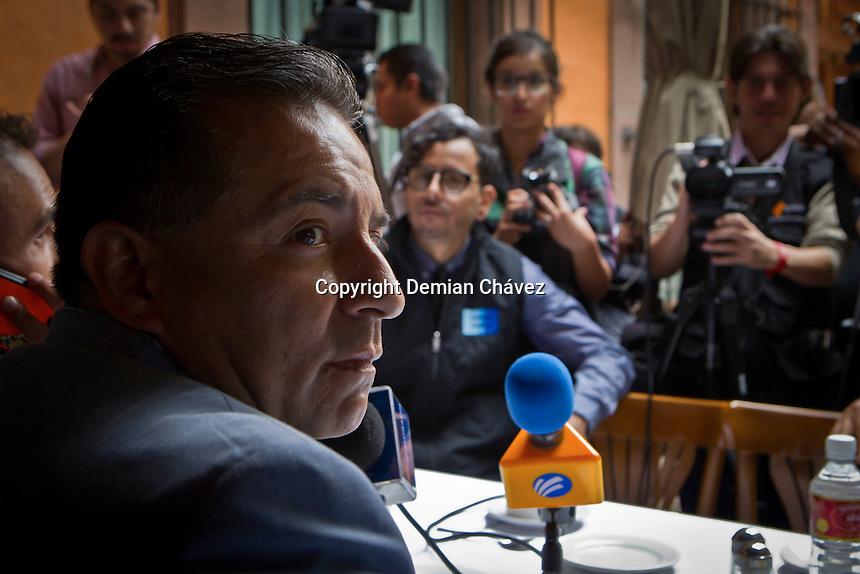 Querétaro, Qro. 27 de octubre 2015.- Francisco Zubieta, concesionario del transporte; irrumpe en rueda de prensa de nuevo presidente transportistas, Juan Barrio; mientras éste daba a conocer la nueva Mesa Directiva de la UTUQ (Unión de Transporte Urbano de Querétaro), cargo ocupando anteriormente tenía Mayra Melo. Zubieta es invitado a sentarse en la rueda de prensa pero fue es acusado de corrupción, mientras se intercambiaban palabras entre los mismos transportistas. <br /> <br /> Mayra Melo y Zubieta dieron una rueda de prensa paralelamente, para acusar a Juan Barrio de no cumplir con los pagos de las cuotas correspondientes, ni tener circulando las unidades de transporte público suficientes. <br /> <br /> <br /> Foto: Demian Chávez / Obture Press Agency.
