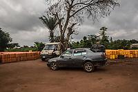 Auto e furgone pronti per trasporto di benzina al confine con la Nigeria Traffico illegale benzina dalla Nigeria al Benin