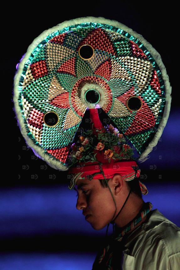 PAPANTLA, VERACRUZ.- Marzo 17, 2012 &ndash; Un volador de Papantla muestra su penacho.  Recorridos nocturnos por la majestuosa ciudad sagrada &ldquo;El Taj&iacute;n&rdquo;, se podr&aacute;n disfrutar durante el Festival Cumbre Taj&iacute;n 2012, en la ciudad de Papalntla, M&eacute;xico, el 17 de marzo de 2012. El festival se  realizar&aacute; del 17 al 21 marzo; actuar&aacute;n adem&aacute;s Caifanes, Divisi&oacute;n Min&uacute;scula, Benny, Bjork y Sin&eacute;ad O'Connor, entre otros. FOTO: ALEJANDRO MEL&Eacute;NDEZ<br /> <br /> PAPANTLA, VERACRUZ. - March 17, 2012 - A Papantla Flying shows a plume. Night tours the majestic holy city &quot;El Tajin&quot;, can be enjoyed during the Cumbre Tajin Festival 2012 in Papalntla City, Mexico, on March 17, 2012. The festival will be held from March 17 to 21, will perform well Caifanes, small Division, Benny, Bjork and Sinead O'Connor, among others. PHOTO: ALEJANDRO MELENDEZ