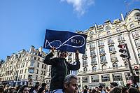 Manifestazione per il clima, bambino con cartello balena che chiede aiuto