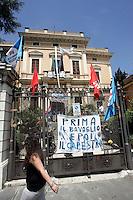 Il presidio davanti alla sede dell'Isae a Roma, 7 giugno 2010, contro i tagli agli enti di ricerca..UPDATE IMAGES PRESS/Riccardo De Luca