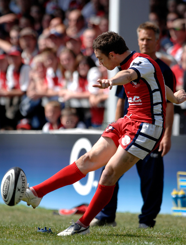 Photo: Richard Lane..Gloucester Rugby v Saracens. Guinness Premiership Play-Off. 05/05/2007. .Gloucester's Ryan Lamb kicks.