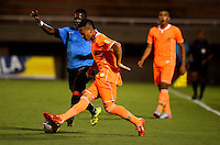 ENVIGADO - COLOMBIA -04 -10-2015: Sergio Mosquera (Der.) jugador de Envigado FC disputa el balón con Cristian Dajome (Izq.) jugador de Cucuta Deportivo, durante partido por la fecha 15 entre Envigado FC y Cucuta Deportivo, de la Liga Aguila II-2015, en el estadio Polideportivo Sur de la ciudad de Envigado. / Sergio Mosquera (R), player of Envigado FC fights for the ball with Cristian Dajome (L) player of Cucuta Deportivo, during a match of the 15 date between Envigado FC and Cucuta Deportivo, for the Liga Aguila II -2015 at the Polideportivo Sur stadium in Envigado city. Photo: VizzorImage. / Leon Monsalve / Str.
