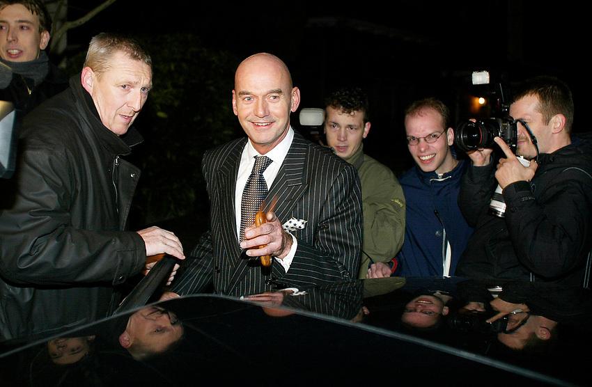 Nederland, 09022002, 09-feb.-2002<br /> Hilversum, Leefbaar Nederland lijsttrekker Pim Fortuyn staat vrolijk de pers te woord na het spoedberaad met het partij bestuur. &copy; foto Michael Kooren.