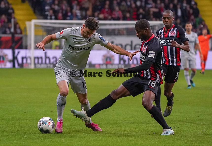 Almamy Touré (Eintracht Frankfurt) trennt Lucas Alario (Bayer Leverkusen) vom Ball - 18.10.2019: Eintracht Frankfurt vs. Bayer 04 Leverkusen, Commerzbank Arena, <br /> DISCLAIMER: DFL regulations prohibit any use of photographs as image sequences and/or quasi-video.