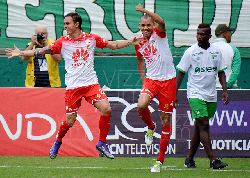 CALI -COLOMBIA-11-04-2016. Luis Manuel Seijas (Izq) jugador de Independiente Santa Fe celebra con Sergio Otalvaro después de anotar un gol a Deportivo Cali durante partido por la fecha 12 de la Liga Aguila I 2016 jugado en el estadio Palmaseca de la ciudad de Palmira./ Luis Manuel Seijas (L) player of Independiente Santa Fe celebrates with Sergio Otalvaro after scoring a goal to Deportivo Cali during match for the date 12 of the Aguila League I 2016 played at Palmaseca stadium in Palmira city. Photo: VizzorImage/ NR / Cont