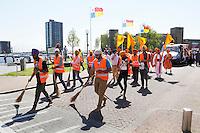 Nederland Almere 2016 05 08.  Sikhs vieren Vaisakhi. Nagar Kirtan optocht. Omdat enkele processiegangers op blote voeten lopen, wordt de straat schoongeveegd. Foto Berlinda van Dam / Hollandse Hoogte