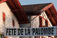 Europe/France/Aquitaine/64/Pyrénées-Atlantiques/Pays-Basque/Ainhoa: Banderole annonçant la Fête de la Palombe