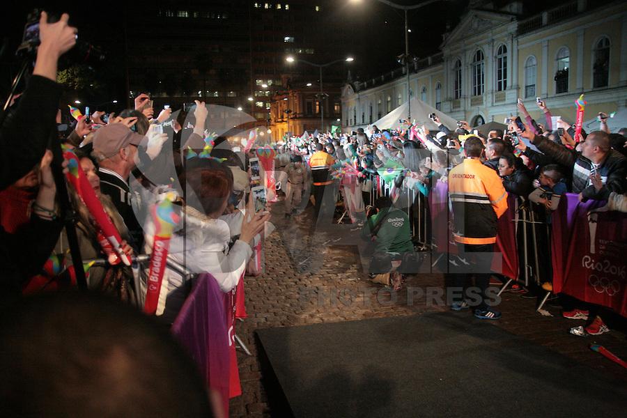 PORTO ALEGRE, RS, 07.07.2016 - RIO-2016 - A ex ginasta Daiane dos Santos durante o revezamento da Tocha Olímpica em Porto Alegre, na noite desta quinta-feira, 07. (Foto: Naian Meneghetti/Brazil Photo Press)