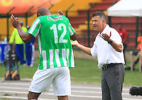 FLORIDABLANCA -COLOMBIA, 03-08-2014.  Juan Carlos Osorio (Der) técnico de Atlético Nacional da instrucciones a Alexis Henriquez durante el encuentro contra Alianza Petrolera por la fecha 3 de la Liga Postobon II 2014 disputado en el estadio Alvaro Gómez Hurtado de la ciudad de Floridablanca./ Juan Carlos Osorio coach of Atletico Nacional gives directions to Alexis Henriquez during match against Alianza Petrolera for the 3th date of the Postobon League II 2014 played at Alvaro Gomez Hurtado stadium in Floridablanca city Photo:VizzorImage / Duncan Bustamante / STR