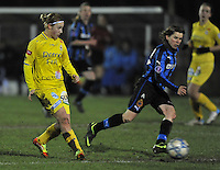 Club Brugge Dames - WB Sinaai Girls : Stephanie Ehlen aan de bal voor Angelique De Wulf.foto DAVID CATRY / Vrouwenteam.be