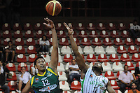 MEDELLÍN -COLOMBIA-22-04-2013. Brandon Crawford (d) de Academia disputa el balón con D Pérez (i) de Bambuqueros durante partido de la fecha 3 fase II de la  Liga Direct TV de baloncesto Profesional de Colombia realizado en el coliseo de la Universidad de Medellín./ Brandon Crawford (r) of Academia fights for the ball with D Pérez (l) of Bambuqueros during match of the 3th date phase II of  DirecTV professional basketball League in Colombia at Universidad de Medellin coliseum.  Photo: VizzorImage/Luis Ríos/STR