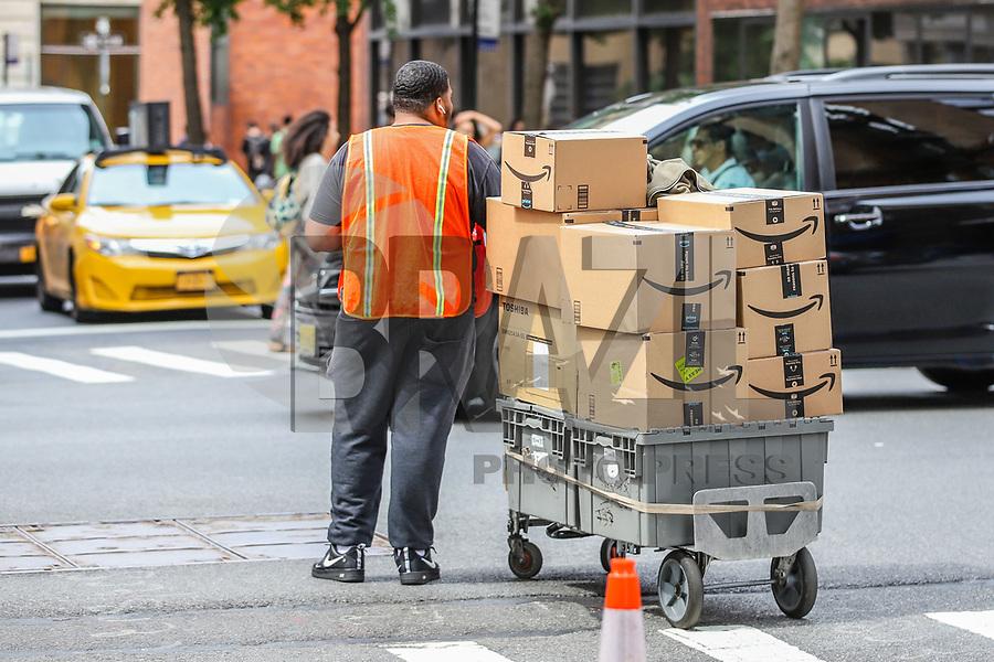 NOVA YORK, EUA, 06.09.2019 - ECONOMIA-EUA - Entregador da empresa Amazon é visto caminhando na Ilha de Manhattan em Nova York . (Foto: Vanessa Carvalho/ Brazil Photo Press)