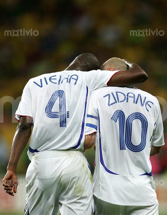 Fussball WM 2006  Viertelfinale  Spiel 60 Brasilien - Frankreich Brasil - France  Patrick VIEIRA (l) umarmt Zinedine ZIDANE (beide FRA).