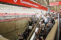 SÃO PAULO,SP,18.05.2014 - MOVIMENTAÇÃO TORCEDORES ARENA CORINTHIANS - Movimentação dos torcedores do Corinthians chegando pelo esxopresso copa para a  partida entre Corinthians x Figueirense valido pela 05º rodada do Campeonato Brasileiro no estádio Arena Corinthians na tarde deste domingo (18).(Foto Ale Vianna/Brazil Photo).
