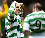 5TH APRIL 2006, CELTIC V HEARTS, CELTIC PARK, GLASGOW, CELTIC CAPTAIN NEIL LENNON CELEBRATES WINNING THE SPL TITLE, ROB CASEY PHOTOGRAPHY.