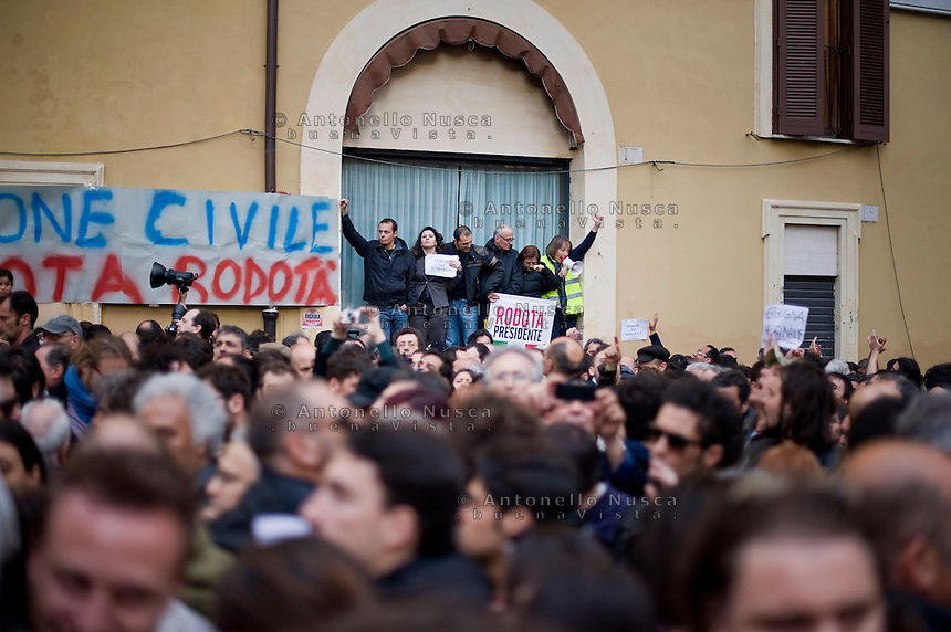 La rabbia di alcuni manifestanti alla notizia della ri-elezione di Giorgio Napolitano. Centinaia di persone si sono radunate in Piazza di Montecitorio per protestare contro l'elezione a Presidente della Repubblica di Franco Marini e Giorgio Napolitano.