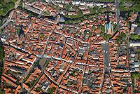 Hansestadt Lueneburg: EUROPA, DEUTSCHLAND, NIESDERSACHSEN, (EUROPE, GERMANY), 26.04.2007: Die Hansestadt Lueneburg  ist eine Mittelstadt in Niedersachsen mit etwa 73.000 Einwohnern. Sie liegt etwa 50 Kilometer suedoestlich von Hamburg und gehoert zur Metropolregion Hamburg. Die Universitaetsstadt befindet sich am Rande der nach ihr benannten Lueneburger Heide an der Ilmenau. Sie hat den Status einer Grossen selbstaendigen Stadt, ist Kreisstadt des gleichnamigen Landkreises und nordostniedersaechsisches Oberzentrum. Die Stadtansicht zeigt einen mittelalterlichen Stadtkern