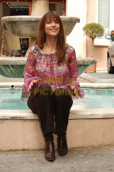 SOPHIE MARCEAU.3 December 2003.sitting, fountain, water, pink top.www.capitalpictures.com.sales@capitalpictures.com.© Capital Pictures