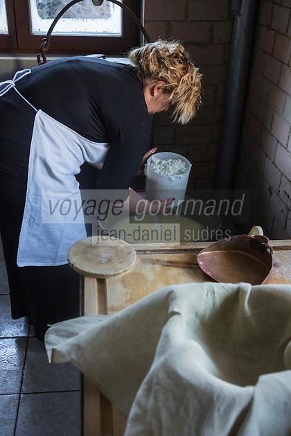 Italie, Val d'Aoste, Parco Nazionale del Gran Paradiso (Parc National du Grand Paradis), Cogne: Ferme: Azienda Agricola Pra Su Fiaz:  Mirella Jeantet: pr&eacute;pare ses fromages:    Reblec (issu du petit lait) et   Tomme  // Italy, Aosta Valley, Parco Nazionale del Gran Paradiso (Gran Paradiso National Park), Cogne: Hamlet  Epinel:  Farm: Azienda Agricola Pra Su Fiaz: Mirella Jeantet: prepares its cheese: Reblec (from whey) and Tomme<br /> AUTO N&deg;: 2013-155