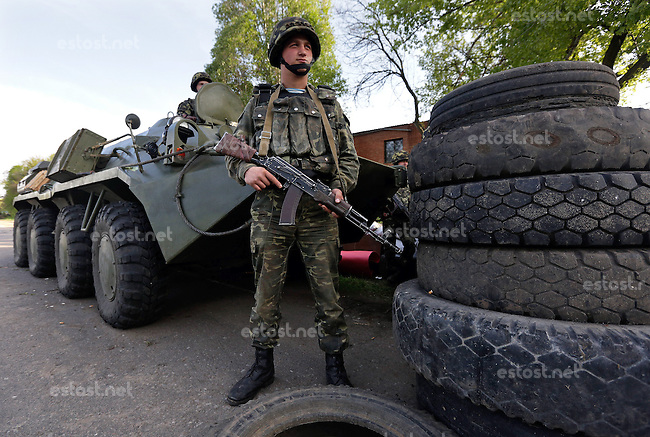 UKRAINE, 03.05.2014, Slowjansk. Separatistische Unruhen in der Ostukraine: Kraefte der ukrainischen Armee und des Innenministeriums uebernehmen die Kontrolle ueber die Zufahrtsstrassen nach Slawjansk und errichten Kontrollposten. | Separatist unrest in Eastern Ukraine: Ukrainian interior forces and army take control of the Sloviansk access roads and erect check points<br /> &copy; Konstantin Chernichkin/EST&amp;OST