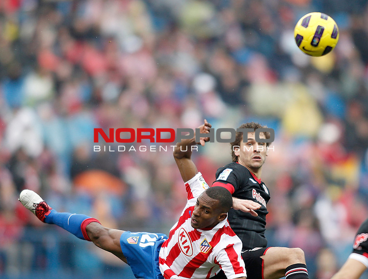 Atletico de Madrid's Luis Perea against Athletic de Bilbao's Fernando Llorente during La Liga match. January 30, 2011. Foto © nph / Alvaro Hernandez).