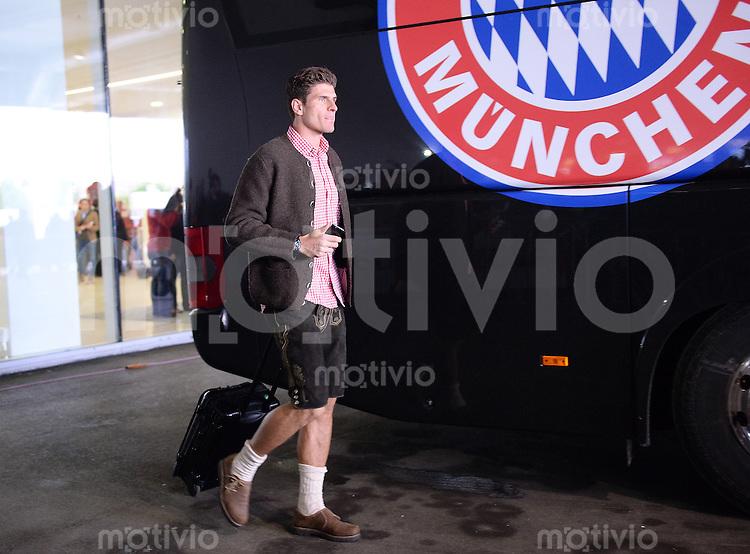 Fussball 1. Bundesliga   Saison  2012/2013   34. Spieltag   FC Bayern Muenchen      11.05.2013 Deutscher Meister 2012/2013 FC Bayern Muenchen Mario Gomez auf dem Weg zur Meisterfeier in bayerischer Tracht