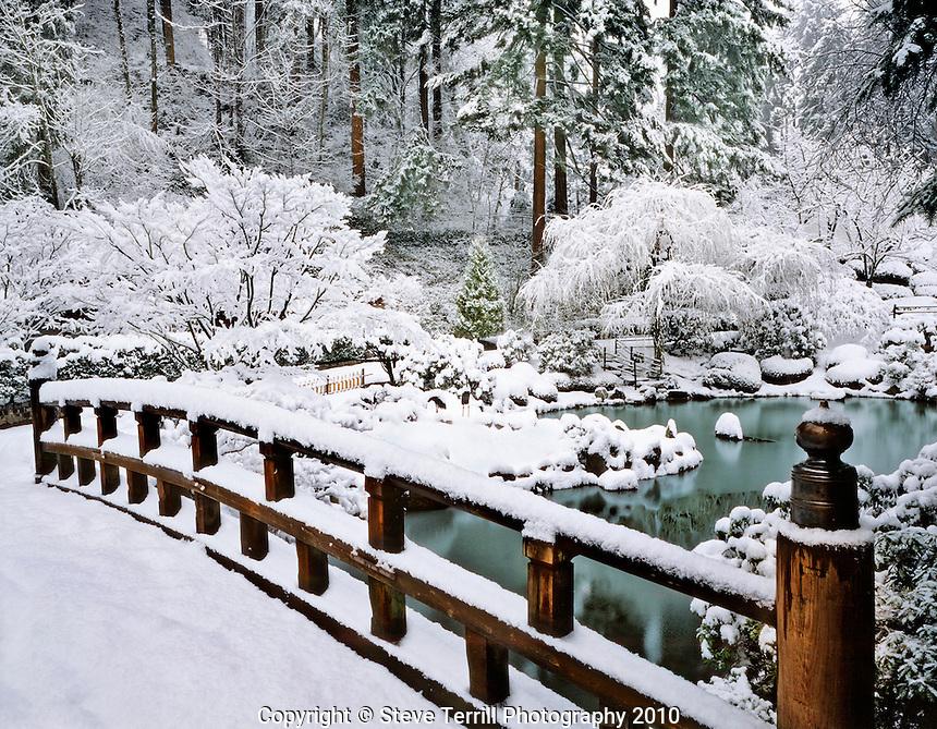 USA, Oregon, Winter snowfall at the Japanese Garden in Portland.