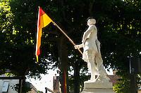 Festival de la langue occitane (une année sur deux) autour de la langue, des jeux et de la musique, place de la Grande Rigaudi.<br /> Statue de La Boe¨tie habillée aux couleurs de la ville