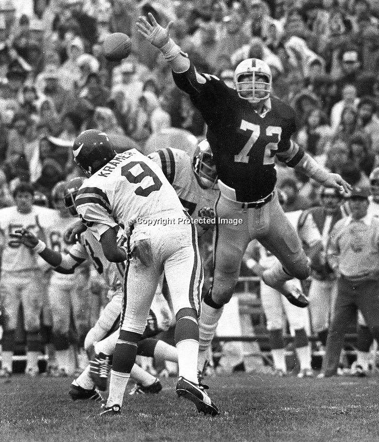 Oakland Raider John Matuszak tries to block pass by Minnesota Viking quarterback Tom Kramer. (1977 photo/Ron Riesterer)