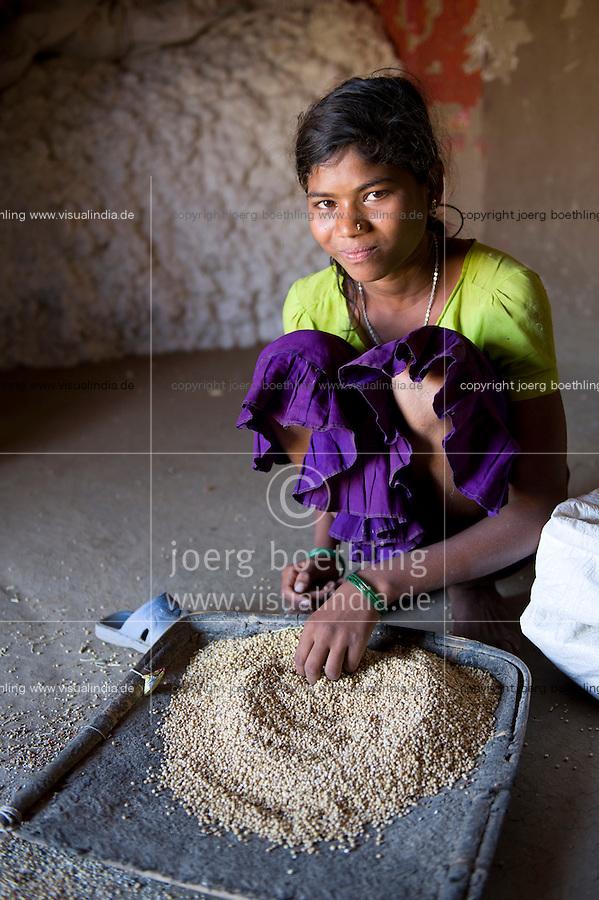 INDIA, Madhya Pradesh, Nimad region, Khargone , tribal farmer of cooperative Shiv Krishi Utthan Sanstha, portrait of Adivasi woman / INDIEN, Madhya Pradesh, Khargone, Adivasi farmer der Kooperative Shiv Krishi Utthan Sanstha, Portraet einer Adivasi Frau