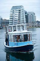 Olympiastadt Vancouver 2010.Das Wassertaxi kommt aus der Richtung Olympisches Dorf, wo alle Athleten untergebracht sind.