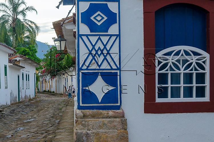 Detalhe de símbolos maçônicos em casario no centro histórico, Paraty- RJ, 12/2013.
