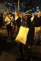 PORTO ALEGRE, RS, 15.05.2014 - PROTESTO NAO VAI TER COPA - PORTO ALEGRE - Três protestos movimentaram o centro de Porto Alegre (RS), a partir do final da tarde desta quinta-feira. Os grupos, que se reuniram em frente à Prefeitura, caminharam até a Cidade Baixa. Estudantes, integrantes das centrais sindicais e dos coletivos Bloco de Luta contra o Transporte Público, Juntos e Aneel participaram da manifestação, que tinha como um dos temas o repúdio à Copa do Mundo. Sob chuva, os manifestantes caminharam do centro ao bairro Cidade Baixa pela Avenida Borges de Medeiros e se dispersaram por volta das 20h30min. (Foto: Rhyan Berghetti / Brazil Photo Press).