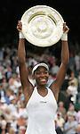 Tennis All England Championships Wimbledon Venus Williams (USA) freudestrahlend mit der Trophaee nach ihrem Finalsieg gegen Lindsay Davenport (USA).