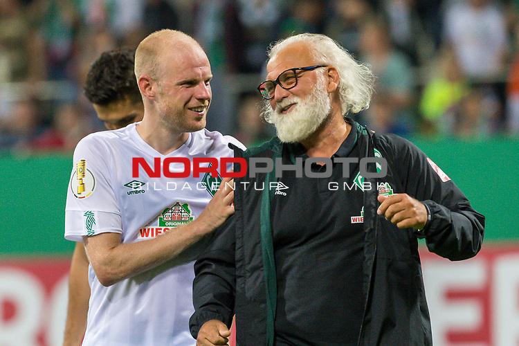 10.08.2019, wohninvest Weserstadion, Bremen, GER, DFB-Pokal, 1. Runde, SV Atlas Delmenhorst vs SV Werder Bremen<br /> <br /> DFB REGULATIONS PROHIBIT ANY USE OF PHOTOGRAPHS AS IMAGE SEQUENCES AND/OR QUASI-VIDEO.<br /> <br /> im Bild / picture shows<br /> <br /> Abschied von  Friedrich Munder (Zeugwart Werder Bremen) - letztes Spiel - geht in den Ruhestand mit Davy Klaassen (Werder Bremen #30)<br /> mit der MAnnschaft vor der Ostkurve<br /> Foto © nordphoto / Kokenge