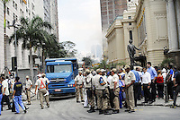 SAO PAULO, SP, 26 DE JANEIRO DE 2012 - EXPLOSAO CAIXA ELETRONICO SAO PAULO - Um grupo formado por pelo menos oito criminosos explodiu, por volta das 3h30 desta madrugada, um dos caixas eletrônicos instalados no hall de entrada da agência do Banco Itaú localizada na altura do nº 157 da Avenida José Bocchiglieri, no Jardim Beatriz, região de Cidade Dutra, na zona sul de São Paulo. Moradores da região que acionaram policiais militares da 1ª Companhia do 27º Batalhão não souberam descrever o veículo no qual o bando fugiu após o ataque. Não foi informado ainda se algum valor teria sido retirado da máquina. O caso foi encaminhado para o 85º Distrito Policial, do Jardim Mirna. (FOTO: RONALDO BRANDAO - NEWS FREE).