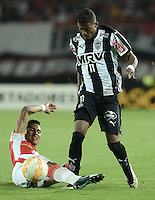 BOGOTA- COLOMBIA – 18-03-2015: Francisco Meza (Izq.) jugador del Independiente Santa Fe de Colombia, disputa el balon con Maicosuel (Der.) jugador de Atletico Mineiro de Brasil, durante partido entre Independiente Santa Fe de Colombia y Atletico Mineiro de Brasil, por la segunda fase, grupo 1, de la Copa Bridgestone Libertadores en el estadio Nemesio Camacho El Campin, de la ciudad de Bogota. / Francisco Meza (L) player of Independiente Santa Fe of Colombia, figths for the ball with Maicosuel (R) player of Atletico Mineiro of Brasil during a match between Independiente Santa Fe of Colombia and Atletico Mineiro of Brasil for the second phase, group 1, of the Copa Bridgestone Libertadores in the Nemesio Camacho El Campin in Bogota city. Photo: VizzorImage / Gabriel Aponte / Staff.