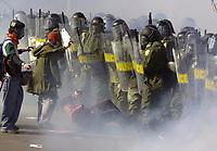 SOMMET DES AMERIQUES A QUEBEC AVRIL 2001<br /> MANIFESTATION VIOLENCE ARRESTATION<br /> PLUS DE 50,000 MANIFESTANTS<br /> PHOTO JACQUES NADEAU<br /> AVRIL 2001<br /> 15 AVRIL 2006 P.A-1