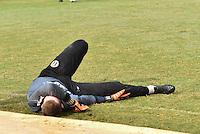 PIRACICABA,SP, 20.07.2016 - FUTEBOL-XV. O goleiro Mateus Pasinato sofre uma lesão no joelho direito em preparação para o jogo da Copa Paulista 2016 contra o Ituano, nesta quarta-feira, 20.   ( Foto: Mauricio Bento/ Brazil Photo Press)