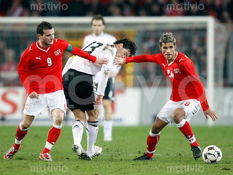 FUSSBALL   International   Testspiel   26.03.2008 Schweiz - Deutschland Michael BALLACK (Mitte, GER) im Zweikampf mit  Alexander FREI (li) und Valon BEHRAMI (re, beide SUI).