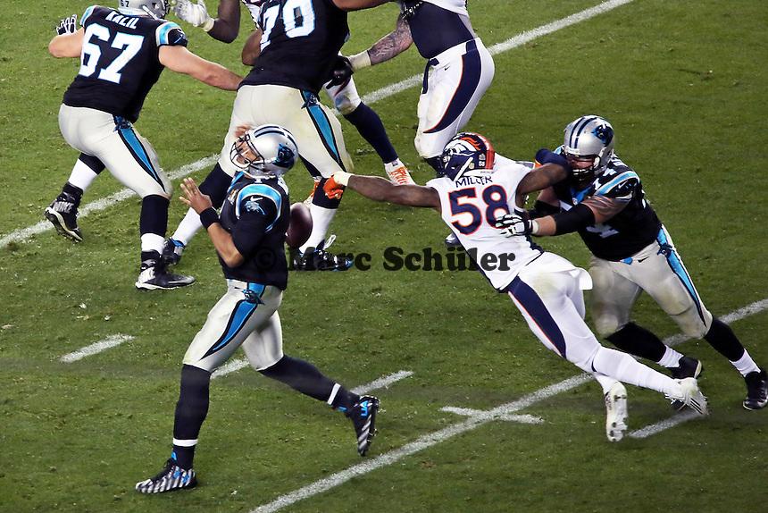 LB Von Miller (Broncos) erzwingt einen Fumble von QB Cam Newton (Panthers) - Super Bowl 50: Carolina Panthers vs. Denver Broncos